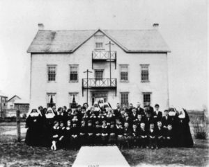Nuns and students posed outside the convent, 1924